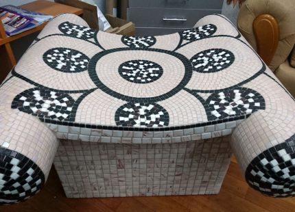 Табурет для хаммама с отделкой чёрно-белой мозаикой
